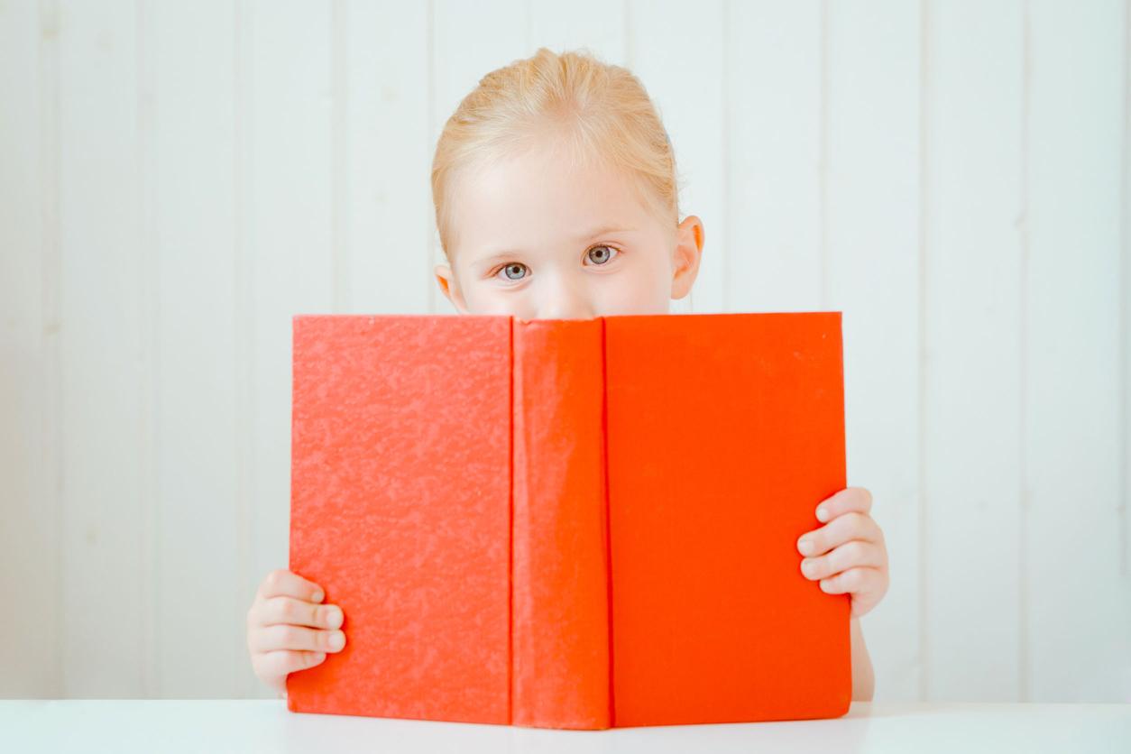 Portrait d'une jeune fille avec un livre